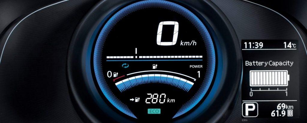 műszerfal, kijelző, akkumlátor kapacitás, óra, sebesség, hőérzékelő