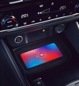 Nissan, belső tér, telefon töltő, automata