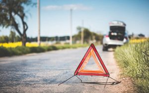 Lerobbant kocsi, elakadás jelző, háromszög,út
