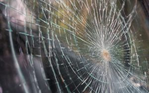 Törött ablak,szélvédő, kőfelverődés