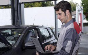 Nissan, szerelő, kereskedés, laptop,motorháztető