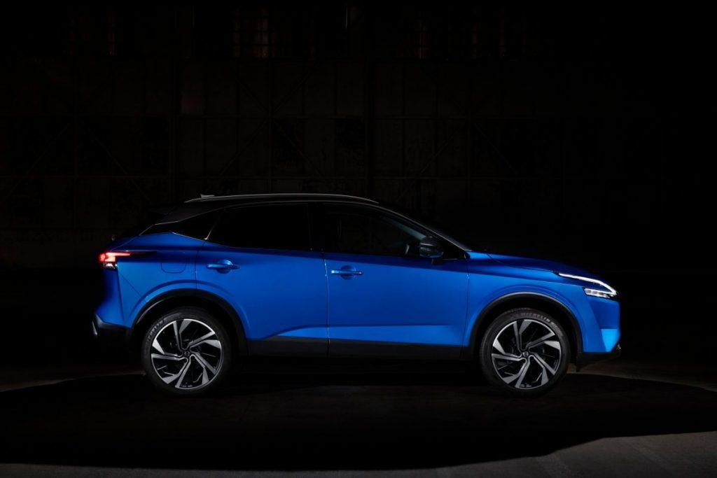 Nissan, fekete háttér,kék autó,családi autó