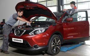 Nissan, szerelők, piros, műhely