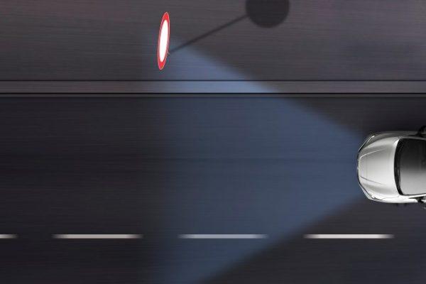 Fényszórók, közlekedési tábla, út, éjszaka
